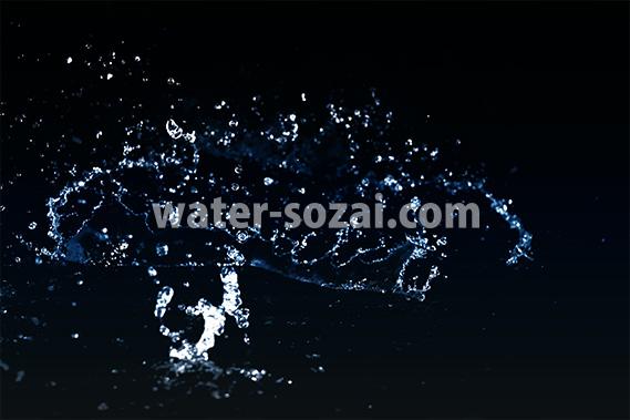 青い水が弾ける写真・フォト