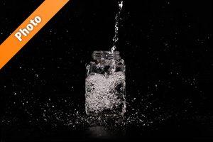 ビンに水が注がれる写真・フォト素材