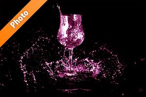 ピンクに着色されたワイングラスと水が散布する写真・フォト素材