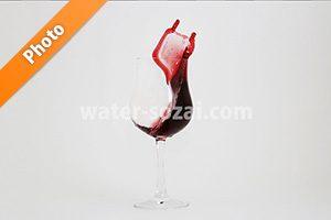 グラスの上に赤ワインが飛び上がる写真・フォト