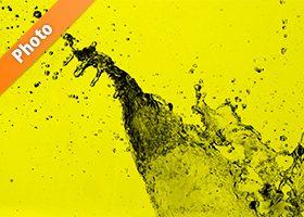 黄色背景の水しぶきが上がる写真・フォト