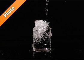 ビンの水があふれる写真・フォト素材