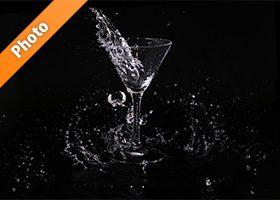 カクテルグラスと水が弾ける写真・フォト素材