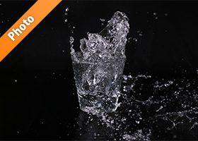 ロックグラスの水が弾ける写真・フォト素材