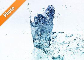 白背景の清涼感あるロックグラスの(水弾き)写真・フォト素材データ