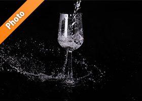 ワイングラスに水がぶつかる写真・フォト素材データ