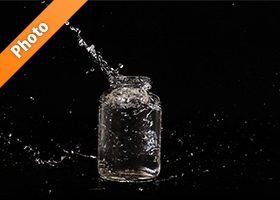 ビンと水が弾ける写真・フォト素材