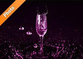 ピンクに着色されたシャンパングラスと水が飛び散る写真・フォト素材