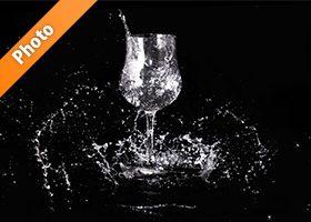 ワイングラスと水が散布する写真・フォト素材