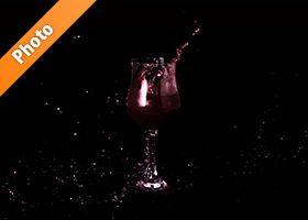 赤ワインとグラスが躍動する写真・フォト フリー素材