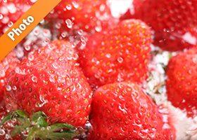 苺と水がぶつかり合う写真・フォト フリー素材