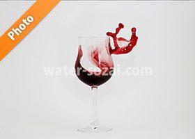 グラスと赤ワインこぼれる写真・フォト